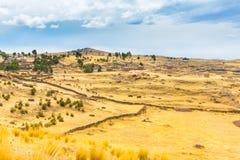 Torres funerarias en Sillustani, ruinas prehistóricas América del inca del sur de Perú, cerca de Puno imagen de archivo