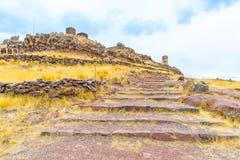Torres funerarias en Sillustani, ruinas prehistóricas América del inca del sur de Perú, cerca de Puno fotos de archivo libres de regalías
