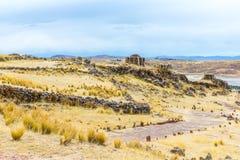 Torres funerarias en Sillustani, ruinas prehistóricas América del inca del sur de Perú, cerca de Puno, Titicaca l fotografía de archivo libre de regalías