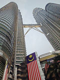 Torres gémeas de Petronas da opinião de noite adiantada Fotos de Stock