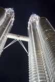 Torres gémeas de Petronas na noite imagens de stock