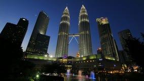 Torres gêmeas de Petronaa em Kuala Lumpur vídeos de arquivo