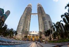Torres gêmeas de Petronas - marco arquitetónico principal do quilolitro e do Malásia imagens de stock