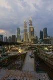 Torres gêmeas de Petronas no crepúsculo o 19 de janeiro de 2015 em Kuala Lumpur Fotografia de Stock