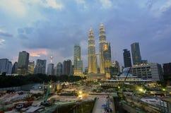 Torres gêmeas de Petronas no crepúsculo o 19 de janeiro de 2015 em Kuala Lumpur Imagens de Stock