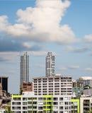 Torres gêmeas do condomínio atrás do apartamento verde Fotos de Stock