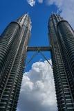 Torres gêmeas KLCC de Petronas e ponte do céu sobre o céu azul profundo e a nuvem grande fotografia de stock