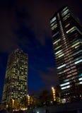 Torres gemelas de Barcelona en la noche imagen de archivo