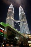 Torres gemelas de Petronas de Night Fotos de archivo
