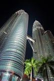 Torres gemelas de Petronas en la noche fotos de archivo