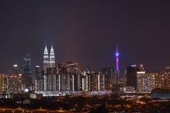 Torres gemelas de Petronas - opinión de la noche de la ciudad Foto de archivo