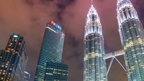 Torres gemelas de Timelapse Petronas en la noche en Kuala Lumpur, Malasia En agosto de 2017 almacen de video