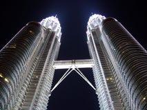 Torres gemelas en la noche Foto de archivo libre de regalías