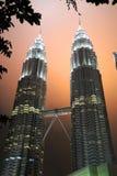 Torres gemelas en la noche - Kuala Lumpur Malaysia Asia de Petronas imagenes de archivo