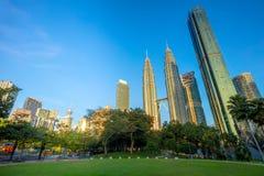 Torres gemelas y parque, Kuala Lumpur, Malasia de Petronas Imágenes de archivo libres de regalías