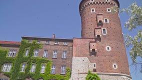 Torres hermosas de la catedral en la ciudad Vieja arquitectura de Kraków Polonia almacen de video