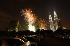 Torres Kuala Lumpur H de Petronas de los fuegos artificiales del Año Nuevo Imagen de archivo