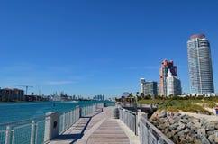 Torres luxuosas do condomínio que negligenciam um cais da pesca e o Oceano Atlântico Imagens de Stock Royalty Free
