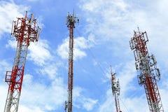 Torres múltiplas da telecomunicação com céu azul Fotografia de Stock