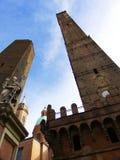 Torres medievais principais na Bolonha: Asinelli e Garisenda, estátua de Saint Petronius, Itália foto de stock