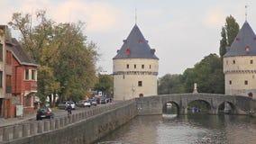 Torres medievales de Broel y puente viejo en la ciudad de Kortrijk metrajes