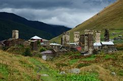 Torres medievales fortificadas del pueblo de montaña de Ushguli - del Cáucaso Fotografía de archivo libre de regalías