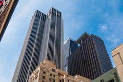 Torres modernas de la oficina en el centro de la ciudad de Los Angeles - CALIFORNIA, los E.E.U.U. - 18 DE MARZO DE 2019 imagenes de archivo