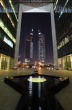 Torres na noite, Dubai dos emirados Imagens de Stock