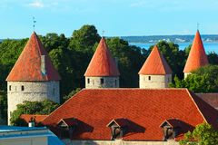 Torres na parede da fortaleza da cidade velha de Tallinn, Estônia Fotografia de Stock Royalty Free
