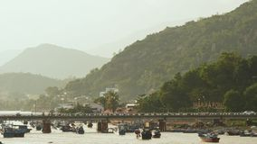 Torres, puente y barcos viejos del cham en Nha Trang, Vietnam almacen de video