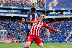 Torres r och Duarte l slåss för bollen på den LaLiga matchen mellan RCD Espanyol och Atletico de Madrid royaltyfri foto
