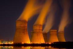Torres refrigerando da planta da geração de energia nuclear Fotografia de Stock