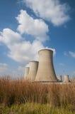 Torres refrigerando de uma central energética Fotos de Stock Royalty Free