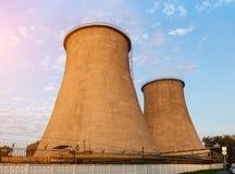 Torres refrigerando do central elétrica Imagens de Stock