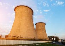 Torres refrigerando do central elétrica Imagens de Stock Royalty Free