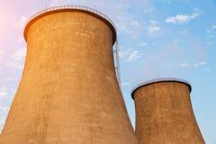 Torres refrigerando do central elétrica Fotos de Stock Royalty Free
