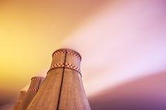 Torres refrigerando do central elétrica na noite Foto de Stock
