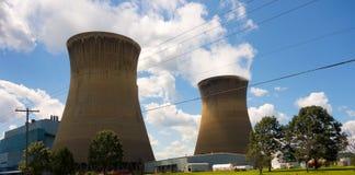 Torres refrigerando enormes para um central elétrica em América Imagem de Stock