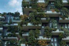 Torres residenciales del bosque vertical del verticale de Bosco en el cierre de Milano para arriba imagen de archivo