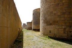 Torres velhas que cercam a vila velha do Ani, Turquia fotografia de stock