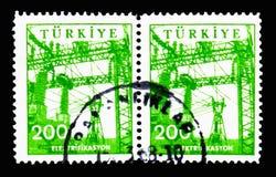 Torres y alambres de poder, serie de la industria y de la tecnología, circa 196 Imagen de archivo libre de regalías