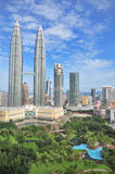 Torres y jardín de Petronas Fotografía de archivo libre de regalías