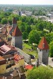 Torres y pared defensivas en la ciudad vieja de Tallinn Fotos de archivo