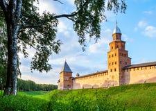 Torres y paredes de Veliky Novgorod el Kremlin en puesta del sol coloreada del verano en Veliky Novgorod, Rusia Fotografía de archivo