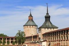 Torres y paredes del monasterio de Kirillol-Belozersky Foto de archivo libre de regalías