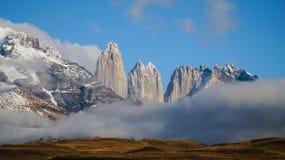 Torresen når en höjdpunkt i Torres del Paine, Patagonia, Chile arkivfoton