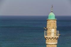 A torreta da mesquita do EL Baher na frente do mar Mediterrâneo foto de stock