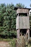 torreta para a observação naturalista no meio da floresta imagens de stock royalty free