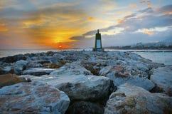 Torreta que indica a entrada no porto de Marbella em mais são Foto de Stock Royalty Free