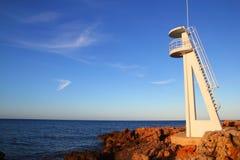 Torretta bianca dell'allerta di Baywatch nel Mediterraneo Fotografia Stock Libera da Diritti